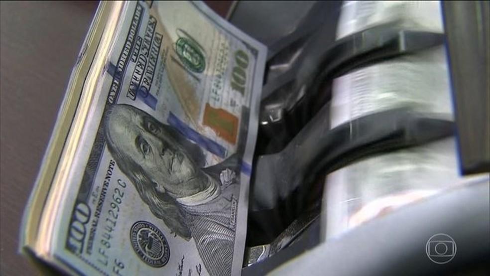 Dólar opera em queda, perto de R$ 3,60, após eleições